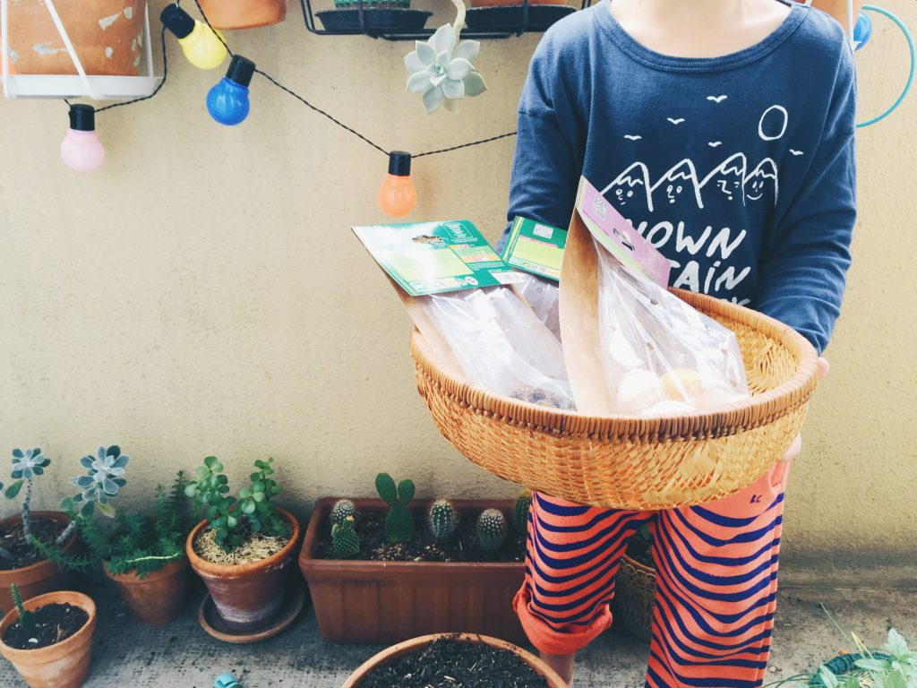 jardiner avec les enfants, planter des bulbes