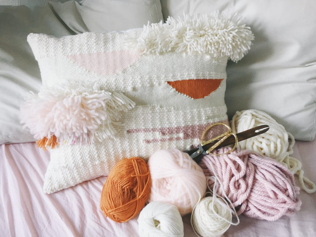 coussin tissé et sélection de laine